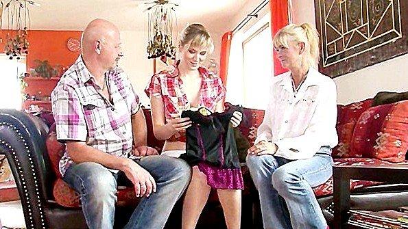 Престарелые родители вовлекают взрослую дочь в секс с ними