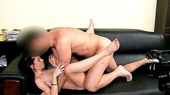 Порно агент раскрутил любительницу на раздевание и выебал в зад