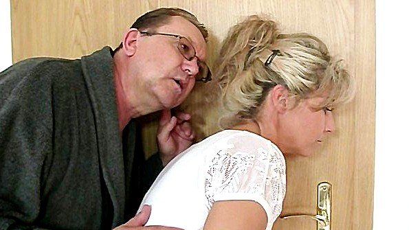 Родители выгнали прочь бойфренда дочери и сами выебали ее