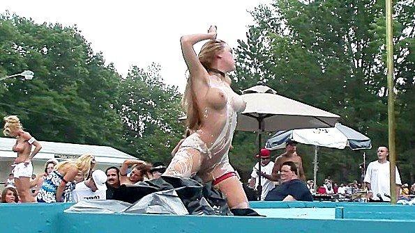 Кокетка с крупной грудью развратно танцует перед толпой зрителей