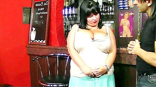 Грудастая толстуха готова поебаться с барменом прямо за стойкой