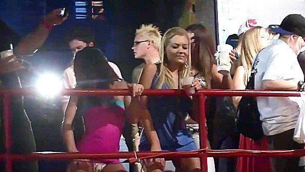 Девушки со здоровыми попами откровенно танцуют на вечеринке