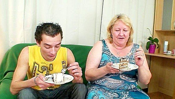 Старуха поздравила сына с днем рождения с помощью крутой ебли
