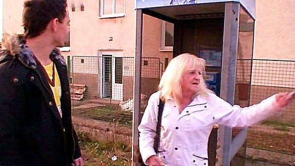 Старая дама за 50 трахается со своим молодым соседом в постели