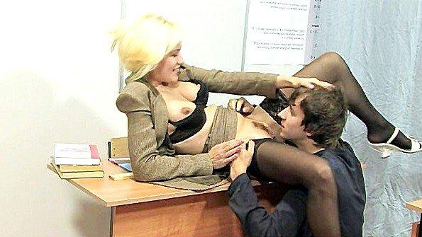 Старая тетя с большой грудью предложила студенту поебать ее в классе