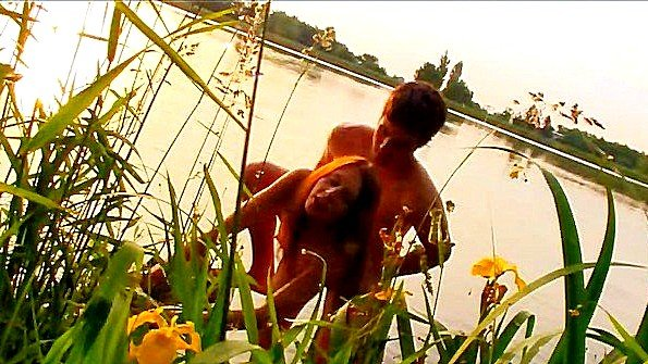 Парочка устроила незабываемый хардкорный секс на берегу лесного озера