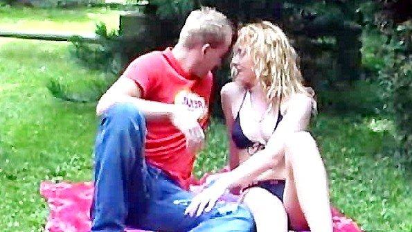 Вылизывает хуй парня и получает оргазм от траха с ним на природе