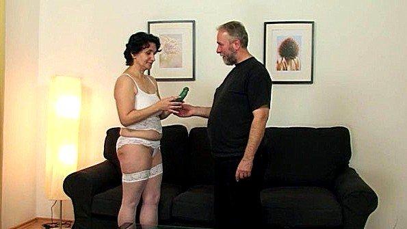 Опытная жена с повязкой на глазах ебется с мужем и любовником