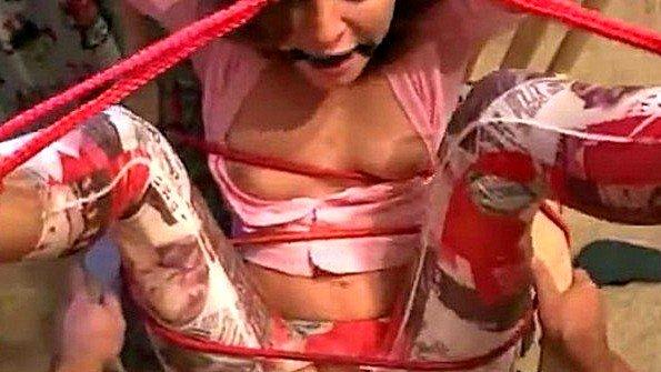 Жестоко связанную рабыню заставляют ебаться в позиции догги-стайл