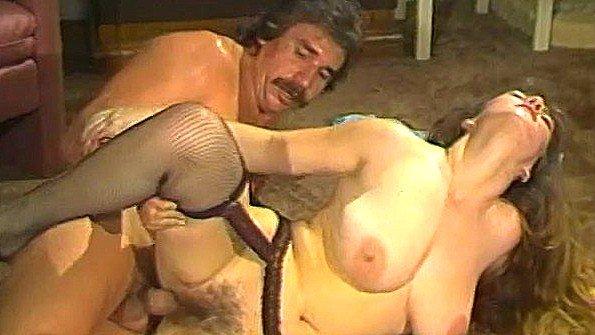 Пышногрудая шлюшка не жалеет пизды в сексе с мужиком на полу