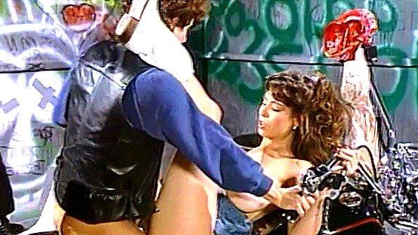 Развратная сучка ебется с байкером на его любимом мотоцикле