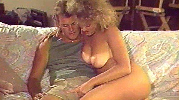 Дамочка с огромными дойками жестоко ебется с другом пьяного мужа