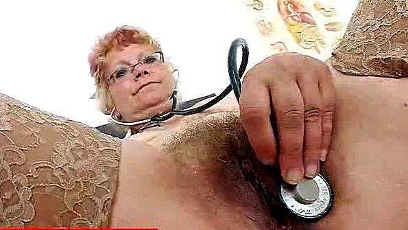 Медсестра дрочит пелотку в грязной манере в своем кабинете