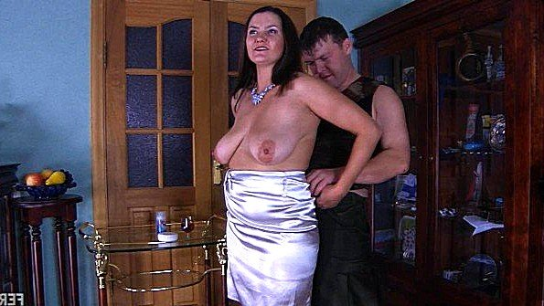 Зрелая мамашка с большими грудями здорово ебется с сыном на полу
