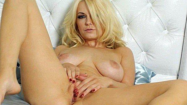 Потрясающая блондинка щиплет письку и готовится круто кончить