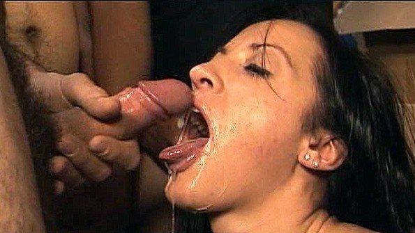 Девушки здорово лижут сперму с членов после оральных ласк