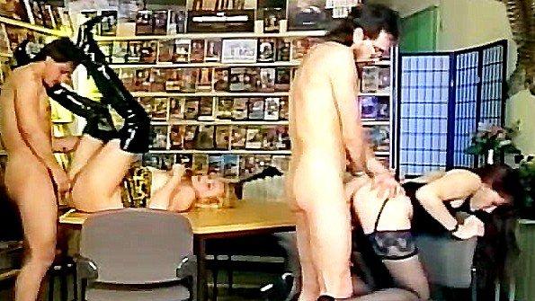 Сиськастые покупательницы устроили безумную оргию в секс-шопе