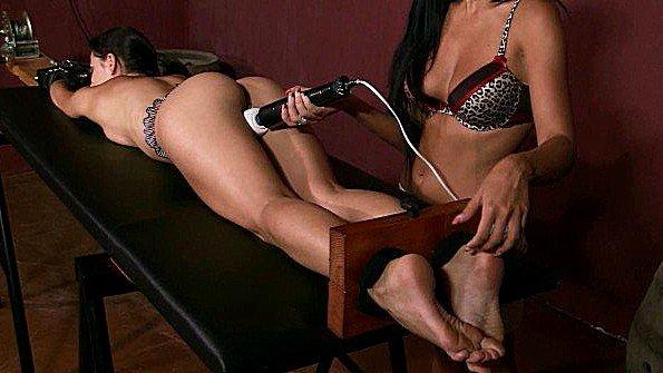 Сковала рабыне руки и ноги и грубо стимулирует пизду вибратором