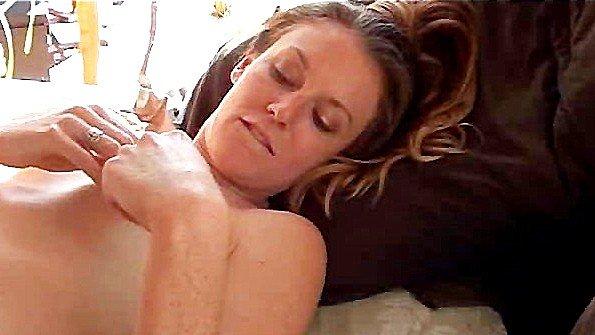 Девица трет киску на кровати и готовится получить классный оргазм