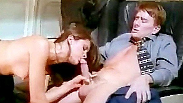 Стюардесса жадно трахается с пассажиром в салоне самолета