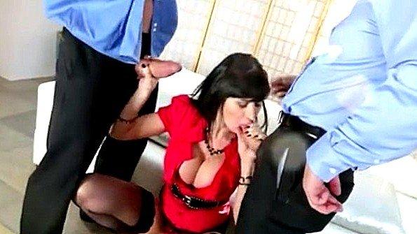 Домохозяйка с крупными титьками дико трахается у мужа на работе