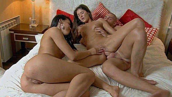 Две развратницы рады потрахаться в жопки на кровати с бойфрендом