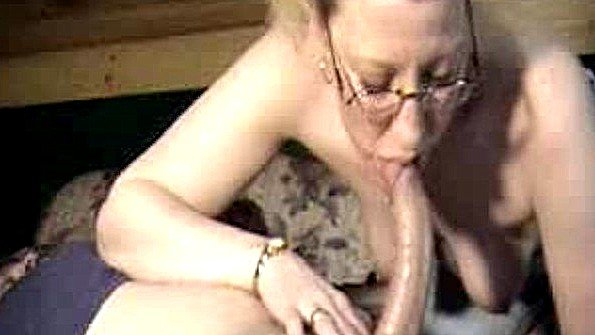 Очкастая старая баба по адски сосет хуй своего мужа и пьет семя