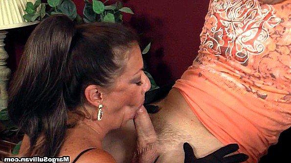Опытная леди разбирается с хуем парня ртом и готовится принять семя