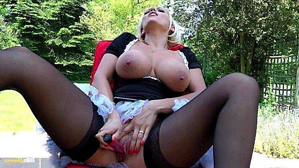 Горничная с массивными грудями озверело поглаживает дыру