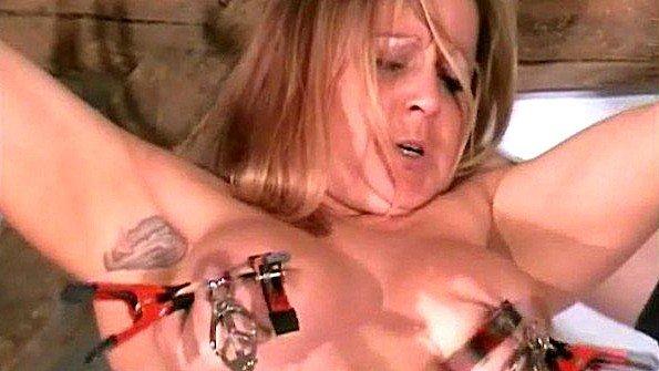 Рабыня с массивными дойками терпит прищепки на своей груди