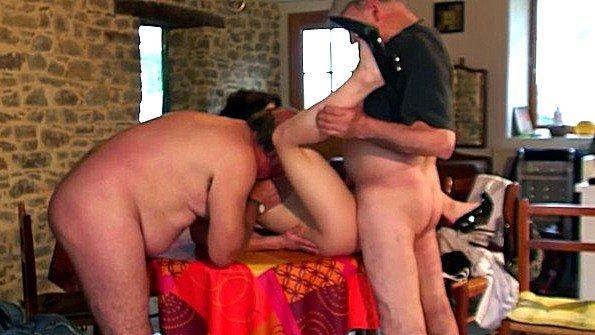 Пьяная французская баба ебется с посетителями ресторана без стеснения