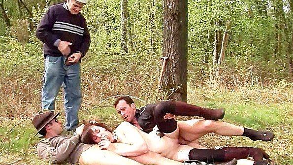 Французская сучка ебется в лесу с любым встреченным мужиком