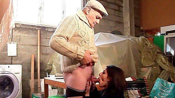 Старик с другом безжалостно трахает бабенку у себя в мастерской