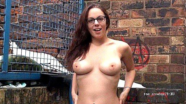 Очкастая деваха плотоядно мастурбирует дыру в закоулке на улице