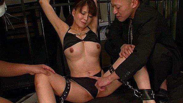 Японская бабенка со скованными руками терпит горячую стимуляцию