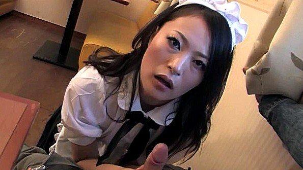 Азиатская официантка сильно берет в рот у посетителей и подставляет дырки