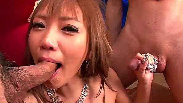 Похотливая японская сучка согласна горячо потрахаться с толпой парней