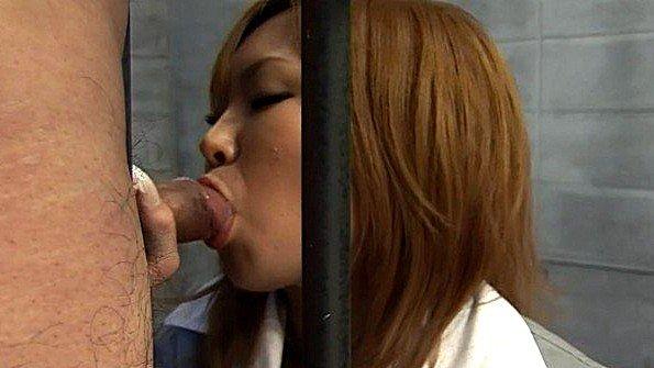Японка отсосала хуй у надзирателя через решетку своей камеры