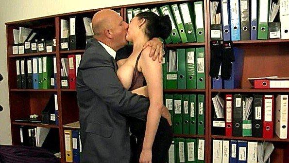 Секретарша с массивными сисяндрами сурово ебется со своим боссом