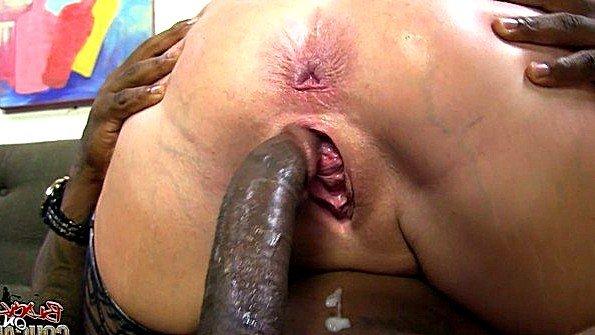 Толстожопенькая жена дает негру кончить на лицо после ебли
