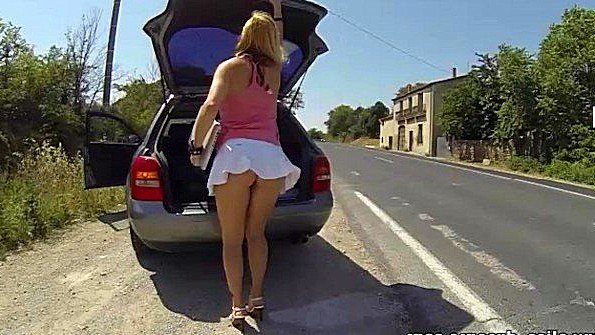 Грудастая любительница любит обнажать дойки и пизду на улице