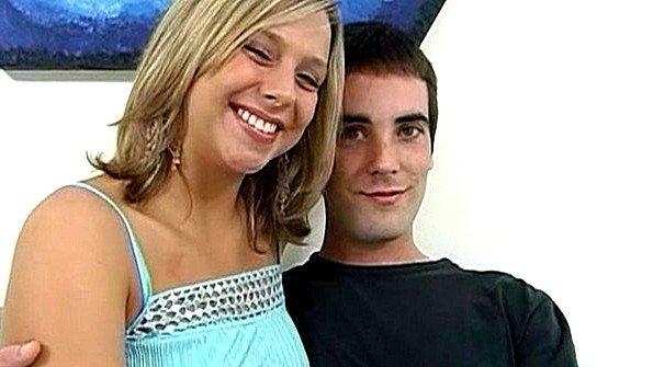 Реальный секс семейной пары попал на камеру для показа дрочерам