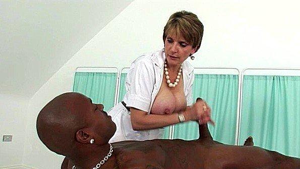 Массажистка с большими сисяндрами уговорила негра на еблю с ней