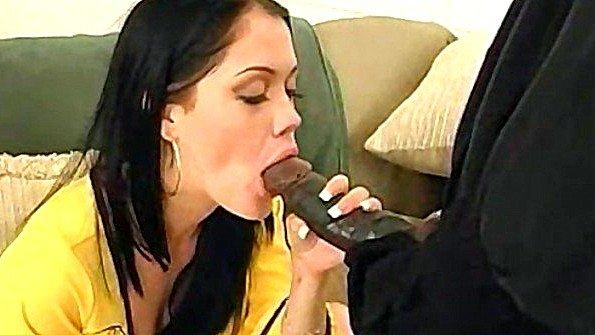 Чернокожий грабитель заставляет белую хозяйку дома пробовать хуй