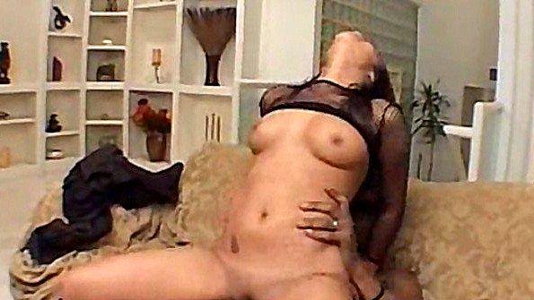 Сексапильная молодая сучка развратно трахается с негром до упада