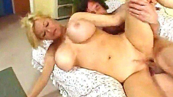 Задастая дама в годах с большой грудью удивляет любовника похотью