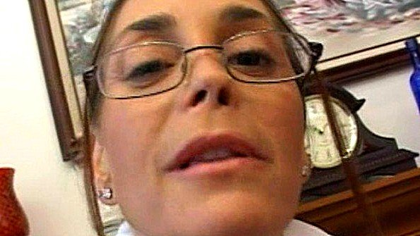 Зрелая очкастая дама берет в рот грязный и большой хуй негра