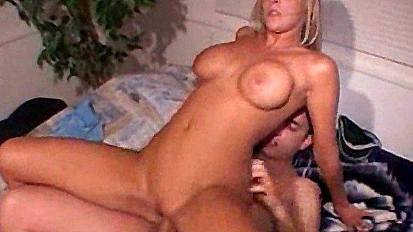 Большегрудая дама трахается со случайным парнем на порно кастинге