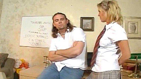 Студентка лижет хуй учителя и активно трахается в анал с ним