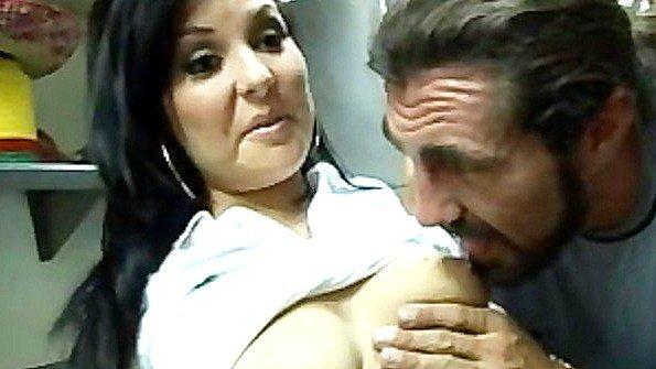 Ухажер пришел к мексиканке на работу и яростно поимел ее там